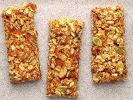 Рецепта Хрупкави блокчета от зърнена закуска (мюсли)